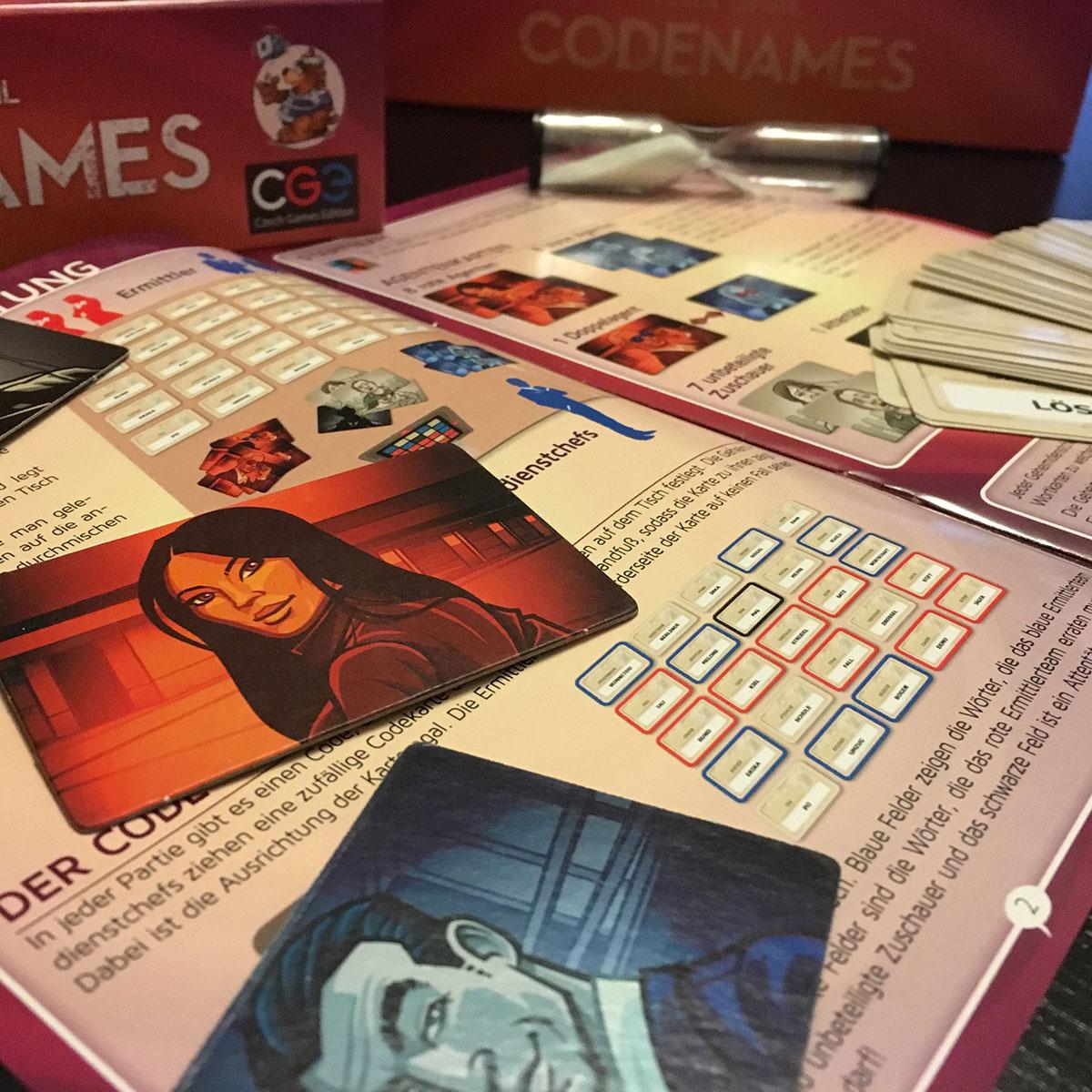 Codenames Anleitung und Spielkarten sind in der Box perfekt aufgehoben