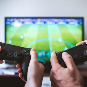 Zwei Playstation-Controller, im Hntergrund Fifa